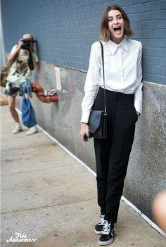 白シャツにブラックのパンツで、とてもシンプルでコンサバな装いです。でも足元はスニーカーで、しっかりハズしているところもニューヨーカーっぽいですね。