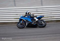 Tässä olen onnistunut saamaan vauhtia kuvaan mutta liikkeen suunta on väärä. Voisihan kuvan kääntää peilikuvaksi mutta silloin esim. kypärän teksti kääntyy myös väärin päin. Ei hyvä ensi kerralla parempaa kuvakulmaa hakemalla parempi kuva. #ahvenisto #race #circuit #speed #motorbikes #sportbikes