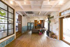 天井は覆わず梁をむき出しに。施行は藤沢の寿空工務店に依頼。