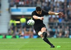 PEN Dan Carter has been magnificent with the boot & a long-range penalty puts #NZL 10 points clear #NZL 27-17 #AUS pic.twitter.com/X58RuLZi9t