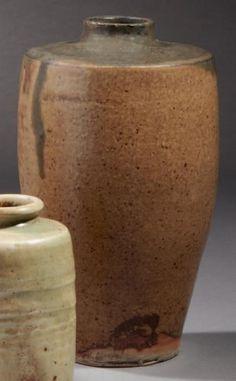 Henri de VALLONBREUSE (Saint Denis de la Réunion 1856 - Paris 1919)    Vase en grès de forme ovoïde à encolure plate épaulant un col court. Base circulaire. Couverte émaillée à coulées gris-fer sur un fond beige, brun et rouille. Signé du monogramme en creux, sous la base H: 16 cm, D: 9 cm