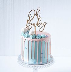 A stunning gender reveal drip cake, complete with contrasting baby blues and blush pinks. Adorned with an 'Oh Baby' cake topper, buttercream swirls and edible pearl details. Baby Shower Drip Cake, Gateau Baby Shower, Baby Shower Cakes Neutral, Baby Shower Cake Toppers, Shower Baby, Simple Baby Shower Cakes, Bolo Drip Cake, Drip Cakes, Gender Reveal Party Decorations