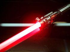 Un fan de STAR WARS surdoué réalise des répliques exceptionnelles de sabres laser