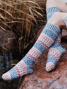 Free Knitting Pattern for Karelia Colourwork Socks. Skill Level: Intermediate Long colorwork/ fair isle socks to knit. Vogue Knitting, Knitting Socks, Knitting Stitches, Knitting Patterns Free, Free Knitting, Sweater Patterns, Knit Socks, Stitch Patterns, Crochet Baby Hats