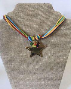 Un favorito personal de mi tienda de Etsy https://www.etsy.com/es/listing/512592374/gargantilla-antelina-estrella-dorada