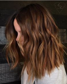 Ahead seven hair color trends you re going to see everywhere in 2019 Here s hoping you have your hair colorist s number on speed dial Brown Hair With Blonde Highlights, Hair Highlights, Butterscotch Hair Color, Chocolate Brown Hair Color, New Hair, Your Hair, Wavy Hair, Hair Colorist