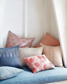 Printed Seashell Pillows The scallop shell's iconic shape turns pillows into inspired home accessories. How to Make Printed Seashell Pillows Seashell Crafts, Beach Crafts, Summer Crafts, Martha Stewart Crafts, Diy Pillows, Linen Pillows, Ikea Pillow, Pillow Crafts, Handmade Pillows