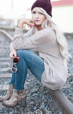 Oversized sweater and burgundy hat for Fall #Look #Fashion #Style