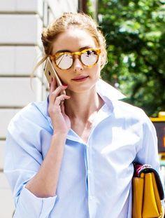 Lunettes miroirs + chemise finement rayee + pochette bijou