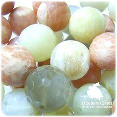 Piedra Luna. Es una variedad de la Ortosa con las propiedades físicas y químicas de ésta. La Ortosa también se presenta en color amarillo, blanco o parduzco. Incrementa las percepciones y reafirma la energía femenina. Elimina toxinas y la retención de líquidos. En meditación incrementa la intuición. Calma las emociones. Te hace ser empático.