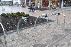 In het centrum van Nijverdal zijn drie fietsaanleunbeugels van het type falcoIon geplaatst: fietsparkeren en elektrische fiets opladen in één. Sidewalk, Walkway, Walkways
