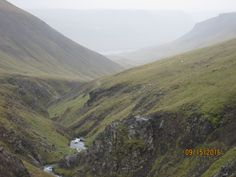 Islande, route 590, le bleu de GILSFJORDUR apparaît encore au fond