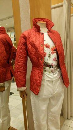 Husky rojo corto con camiseta de flores al tono. Barbour mujer. Pantalón blanco estrecho de NYDJ Los Angeles.  Estilo Carmelo Abadias.