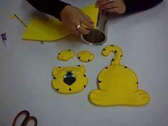 In questo video tutorial vedrete come realizzare un carinissimo portapenne in foamy, con la forma di un tigrotto. Per realizzare questo lavoro vi occorre: foglio di foamy di