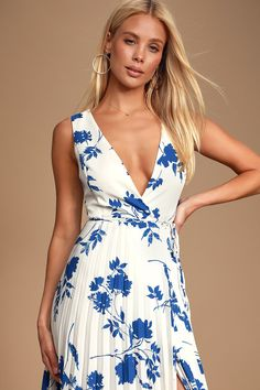 Take the Lulus Lindsie Blue and White Floral Print Pleated Wrap Maxi Dress out for cocktails on the patio! Floral print wrap maxi with a pleated skirt. Plus Size Maxi Dresses, Types Of Dresses, Sexy Dresses, Cute Dresses, Formal Dresses, Midi Dresses, Long Dresses, Next Bridesmaid Dresses, Affordable Bridesmaid Dresses