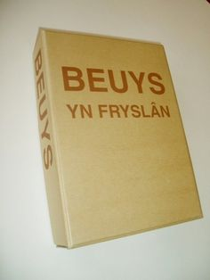 BEUYS, JOSEPH Beuys in Fryslan   Drachten, Museum Smallingerland a.o., 2003. Cardboard box, 23 x 16 x 4,5 cms., containing a cardboard title-page, 8 folded sheets with introductory texts in Dutch and German, felt multiple with silkcreened text in brown, 5 postcards in envelope by Edition Staeck, 5 colour plates in different sizes. Plus 120p bolted exhibition catalogue. From an edition of 330 copies, hand-numbered.  In very good condition. Beuys Joseph, Title Page, Postcards, Dutch, Texts, Envelope, German, Museum, Plates