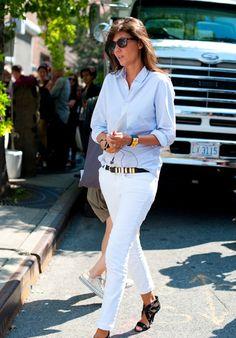 Always stunning Vogue Paris editor-in-chief Emmanuelle Alt in white jeans, stripe shirt and black/gold accessories - love it! Emmanuelle Alt, White Pants, White Denim, Look Fashion, Womens Fashion, Petite Fashion, Curvy Fashion, Fall Fashion, Parisienne Chic