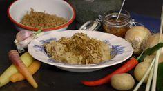 Yvette van Boven kent haar klassiekers. Tot eind 16e eeuw was hutspot geen recept, maar een methode. Men deed gewoon alles wat men had in de pan en kookte het tot moes. Een echte volkse maaltijd. In Leiden heeft hutspot na de strijd met de Spanjaarden, ook wel bekend als het Leids ontzet, een speciale status verworven als het symbool voor de vrijheidsstrijd. Bij de gegoede burgerij kwam hutspot toen ook op het menu. Uiteraard met peperdure ingrediënten, want verschil moest er zijn. Yvette…