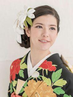 大小の純白のユリの花のかんざしを4つほどあしらい、清楚で凜とした美しさを引き出したアレンジです。黒引きと白襟のコントラストとともに、ヘアの白... Traditional Wedding Attire, Hair Makeup, Kimono, Hair Styles, Beauty, Collection, Fashion, Hair Plait Styles, Moda