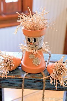 Create a friendly DIY fall project with terra-cotta pots, straw, and a few simple accessories!- great little craft activities for halloween & Fall. Flower Pot Crafts, Clay Pot Crafts, Flower Pots, Diy Clay, Felt Crafts, Easter Crafts, Fall Halloween, Halloween Crafts, Holiday Crafts