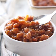 Looking for the best homemade baked beans recipe? A handful of ingredients plus a half hour in the oven equals the yummiest, most crowd-pleasing baked beans from scratch! Baked Beans In Oven, Simple Baked Beans Recipe, Baked Beans From Scratch, Canned Baked Beans, Baked Beans With Bacon, Homemade Baked Beans, Pork N Beans, Baked Bean Recipes, Beans Recipes