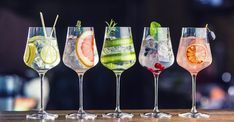 Try these refreshing and light cocktail recipes that are perfect to beat the heat and are party-pleasers too Gin & Tonic Cocktails, Wine Cocktails, Summer Cocktails, Gin Recipes, Cocktail Recipes, Gin Och Tonic, Gin Bleach, White Wine Cocktail, Gin Gifts