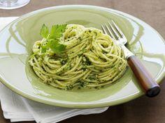 Mit Petersilie lässt sich eine tolle Sauce zaubern. Pasta mit Petersiliensoße - smarter - Zeit: 25 Min. | eatsmarter.de