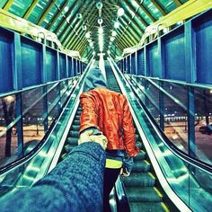 Russian photographer Murad Osmann of him and his girlfriend Natalia travelling the globe. Ends Of The Earth, End Of The World, Travel Around The World, Around The Worlds, Murad Osmann, Photo Humour, Photo Series, Travel Couple, Photos Du