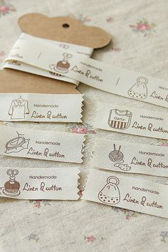 Produkty podobne do Linen Sewing Tape-Label Tape-Sew in Label-Ribbon-Cotton and Linen Ribbon w Etsy Sewing Hacks, Sewing Tutorials, Sewing Crafts, Sewing Projects, Sewing Patterns, Quilt Labels, Fabric Labels, Diy Pochette, Sewing Labels