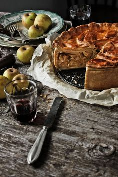 Pratos e Travessas: Uma tarte rústica de alheira, couve e maça verde | Alheira, green cabbage and green apple rustic tart | Food, photography and stories