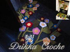 Este Jogo e Feito em Barbante, ele e composto de 3 pç <br>tampa do vaso, tapete e pe do vaso, decorado com flores <br>feito em linha de algodão, a cor fica a sua preferência