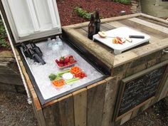 This Guy Turned His Broken Refrigerator Into An Awesome Rustic Outdoor Cooler Refrigerator Cooler, Outdoor Refrigerator, Beer Fridge, Diy Cooler, Homemade Cooler, Pool Cooler, Patio Cooler, Diy 2019, Outdoor Cooler