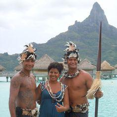 Mercedes Becerra en compagnie de deux habitants de Bora Bora. Bora Bora, Tahiti, Instagram, Sustainable Tourism, Travel Agency