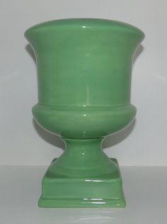 Vaso Firenze M Verde Ref: VAF02 Dimensões (cm): 25 alt x 18 diam Material: cerâmica Cor: verde Qtde disponível: 2 Valor por peça: R$ 19,00