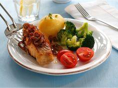 Stekt seibiff med løk og grønnsaker