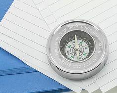 Kompass als Briefbeschwerer