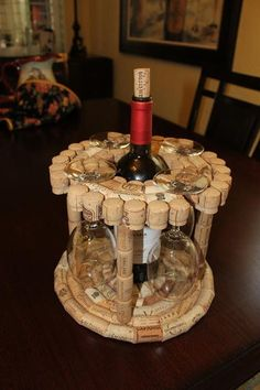 Porta botella de vino y copas hecho con corchos.