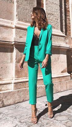 <img> Chica usando un traje sastre de color azul con un top de color negro de encaje - Suit Fashion, Look Fashion, Fashion Outfits, Womens Fashion, Fashion Trends, Mode Outfits, Office Outfits, Classy Outfits, Stylish Outfits