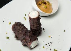 Cannolo croccante al cioccolato con ricotta ovina, albicocca e pistacchio