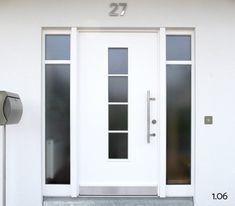 Moderne Haustüren: Weiße Ganzblatt-Haustür mit zwei Seitenteilen und Lichtausschnitten