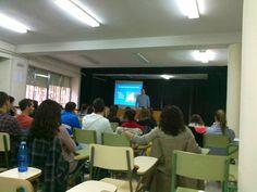En el salón de actos se llevan a cabo las presentaciones de los cursos correspondientes, así como charlas y otras actividades educativas.