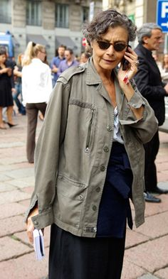 Renata Molho sporting a military coat and accents of indigo and blue. Mature Fashion, Grey Fashion, Timeless Fashion, Love Fashion, Womens Fashion, Outfits Otoño, Fashion Outfits, Khakis Outfit, Street Chic