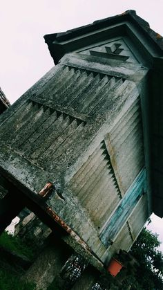 Este hórreo atópase na finca onde eu vivo, en Mos. Ten arredor de 50 anos. Está apoiado sobre un dintel de pedra con dous pares de pés e, estes, sobre tornarratos. Só ten unha porta e non ten escaleiras, xa que desta maneira impedíase que os roedores comesen o millo. Por dentro, o chan é de pedra con madeira. Ten unha altura de 3 metros aprox. dende os pés ata o tellado. O hórreo ten unhas ranuras ao longo da estrutura, que serven para ventilar e secar os cereais.