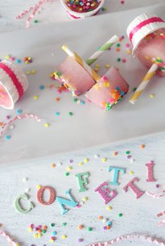 confetti popsicles - DCD version: put colored sprinkles on the bottom of a Dixie cup, then pour in truffle fudge pop mix and freeze! Frozen Desserts, Frozen Treats, Cake Vodka, Popsicle Party, Party Sweets, Party Desserts, Party Recipes, Sprinkle Party, Girl Birthday