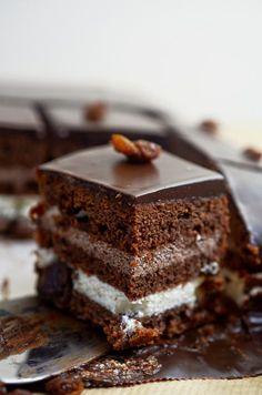 Oszukaniec, czekoladowe ciasto z masą budyniową Polish Desserts, Polish Recipes, Polish Food, Chocolates, Slovak Recipes, Cake Recipes, Dessert Recipes, Pudding Cake, Food Crafts