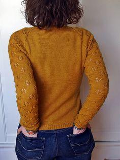 """""""April Come She Will"""" von Annalisa Dione. Die liebe Sandra hat eine bemerkenswerte Jacke aus DROPS Fabel daraus gezaubert. Verwendet hat sie für Größe S lediglich 5 x DROPS Fabel in Farbe 111, Senf."""