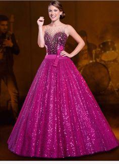 Olha que lindo meninas❤️  Retiramos esse vestido da loja Center Noivas procurem lá é muito bonito os vestidos