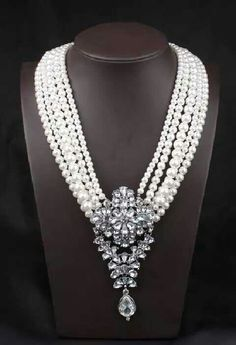 Middle length pearl necklace