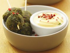 Spinatbällchen mit Joghurtsoße - smarter - Zeit: 45 Min. | eatsmarter.de