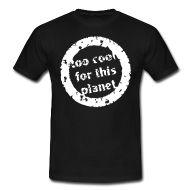 Ein Stempel mit der aufschrift 'to cool for this planet' bzw 'zu cool für diesen Planeten'.